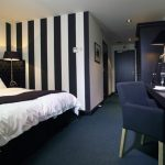 Bliss Boutique Hotel Breda suite met zwart wit gestreept behang